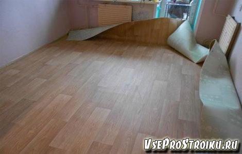 kak-postelit-linoleum-na-derevyannyj-pol4-3903935